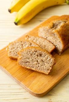 Hausgemachtes bananenbrot oder bananenkuchen in scheiben