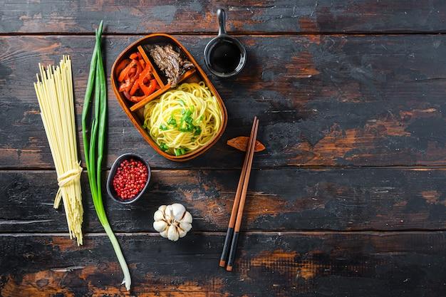 Hausgemachtes bento-lunchpaket, gegrilltes rindfleisch und nudeln