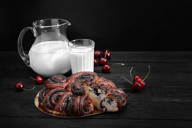 Hausgemachtes brötchen mit mohn und milch zum frühstück.