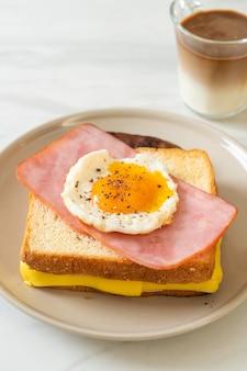 Hausgemachtes brot gerösteten käse schinken und spiegelei mit schweinswurst und kaffee zum frühstück