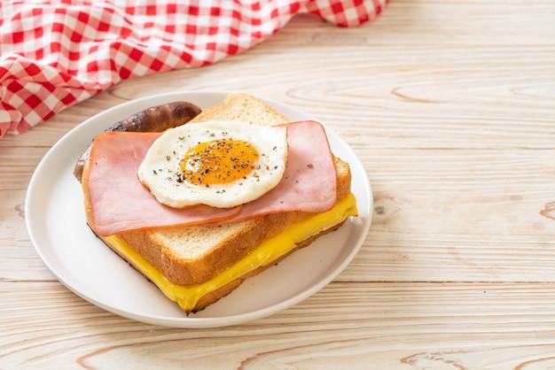 Hausgemachtes brot gerösteten käse schinken und spiegelei mit schweinswurst zum frühstück