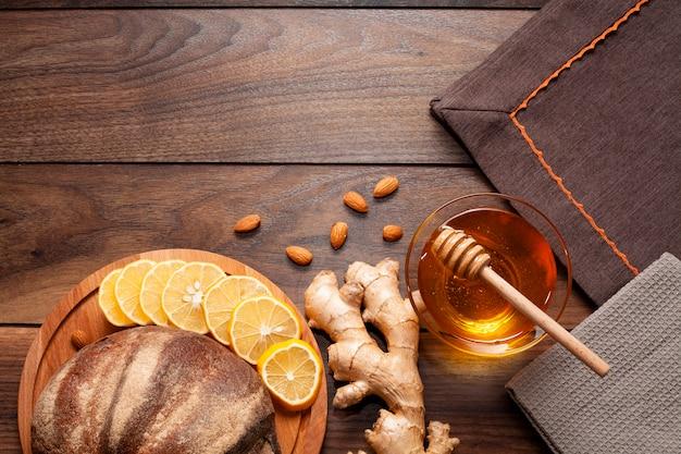 Hausgemachtes brot mit ingwer und honig