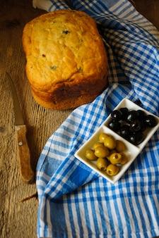 Hausgemachtes brot mit oliven