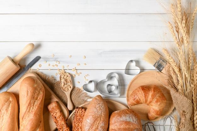 Hausgemachtes brot oder brötchen, croissant und bäckerei