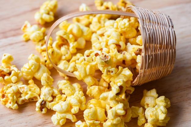 Hausgemachtes corn popcorn im korb, haufen leckerer popcorn süß