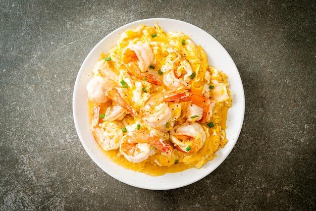 Hausgemachtes cremiges omelette mit garnelen oder rührei und garnelen