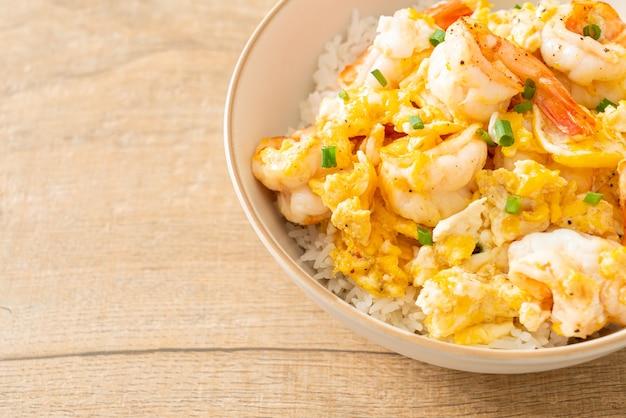Hausgemachtes cremiges omelette mit shrimps reis bowl