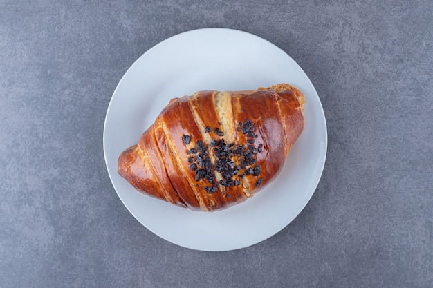 Hausgemachtes croissant mit schokolade auf einem teller