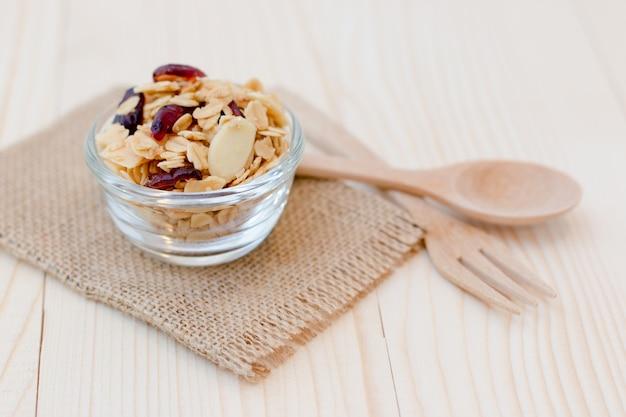 Hausgemachtes dessert mit köstlichem müsli ist ein frühstücksessen. es ist leicht und reich an kalorien.