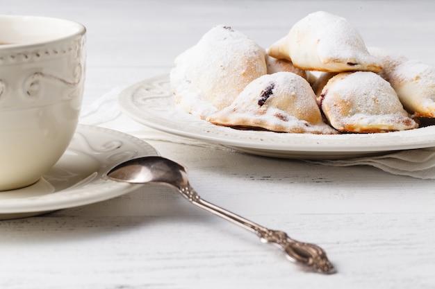 Hausgemachtes dessert mit tasse tee