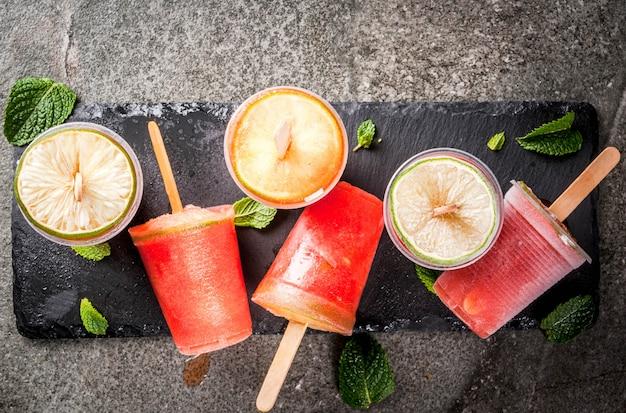 Hausgemachtes eis am stiel. gefrorene getränke. gefrorener cocktail der wassermelone oder der beere