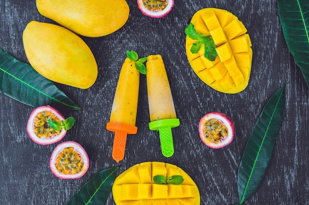 Hausgemachtes eis aus mango und passionsfrucht. eis am stiel