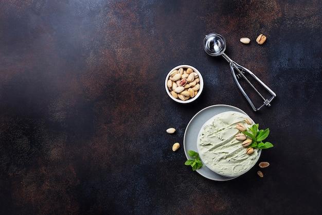 Hausgemachtes eis mit pistazien und minze