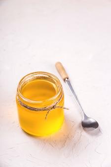 Hausgemachtes flüssiges ghee oder geklärte butter in