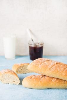 Hausgemachtes französisches baguette, einfaches essen