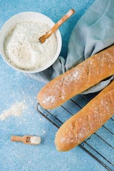 Hausgemachtes französisches baguette, einfaches hausgemachtes essen, draufsicht