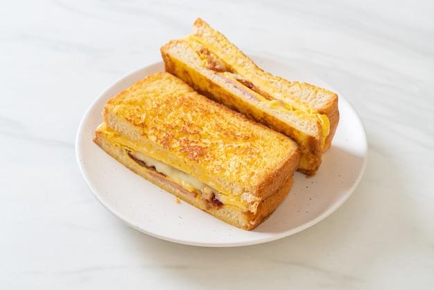 Hausgemachtes französisches toastschinken-speck-käsesandwich mit ei