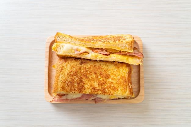 Hausgemachtes french toast schinken-speck-käse-sandwich mit ei
