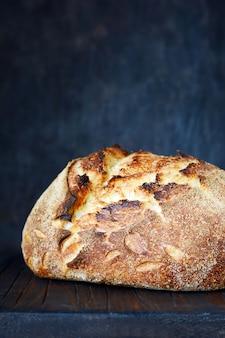 Hausgemachtes frisch gebackenes landbrot aus weizen und vollkornmehl