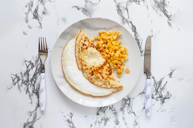 Hausgemachtes frisches omelett zum frühstück