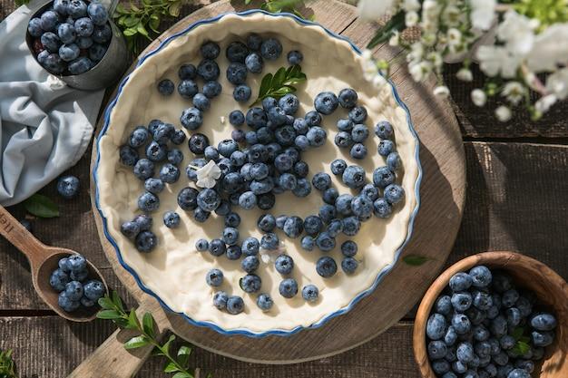 Hausgemachtes gebäck blueberry pie pies backwaren auf dunklem holzküchentisch traditionelles dessert