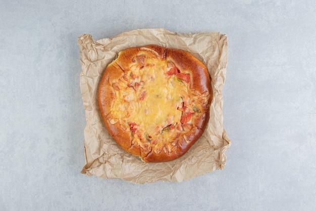 Hausgemachtes gebäck mit käse auf blattpapier.