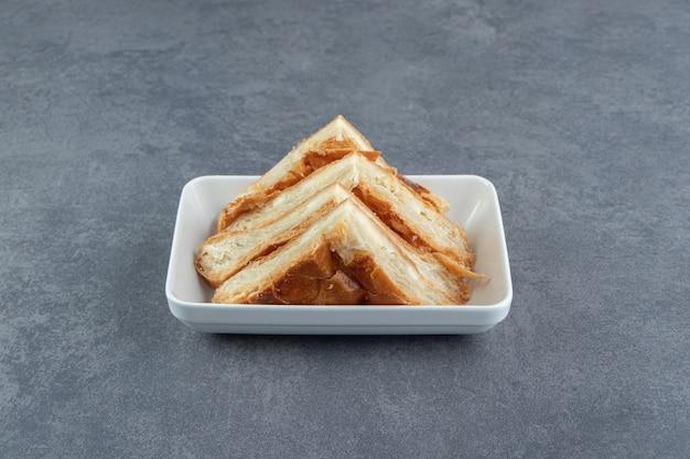Hausgemachtes gebäck mit käse auf weißem teller.