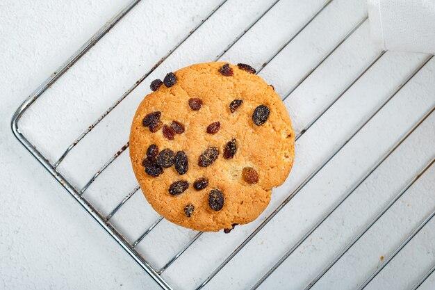 Hausgemachtes gebäck - runde große rosinenkekse. leckereien für kinder, desserts aus naturprodukten.
