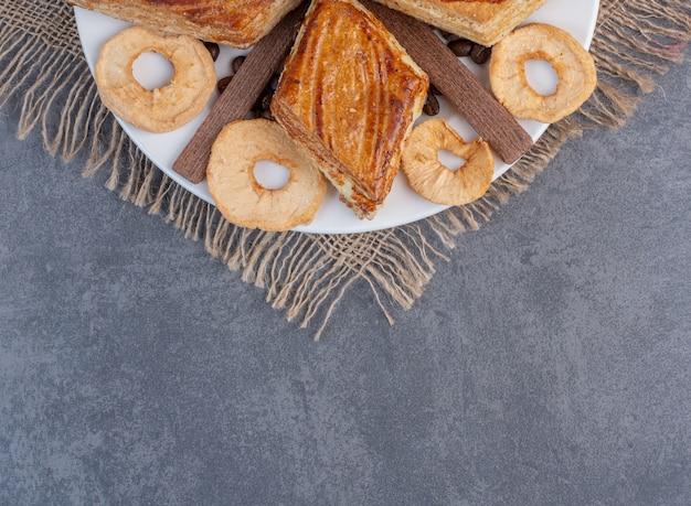 Hausgemachtes gebäck und getrocknete früchte auf weißem teller. Kostenlose Fotos