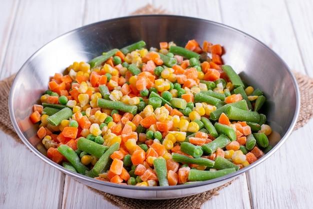 Hausgemachtes gefrorenes gemüse in einer metallschale. konzept zur aufbewahrung gesunder lebensmittel.