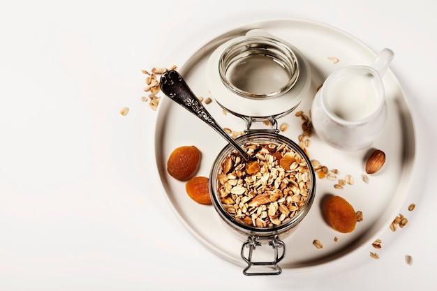 Hausgemachtes haferflockenmüsli mit früchten und nüssen