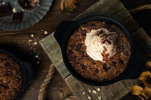 Hausgemachtes hausmannskost, riesenpfannenkeks mit schokoladenstückchen und eis, draufsicht