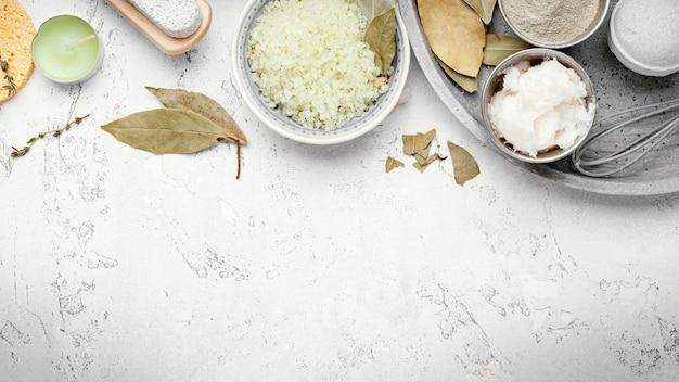 Hausgemachtes heilmittel mit blättern und salz