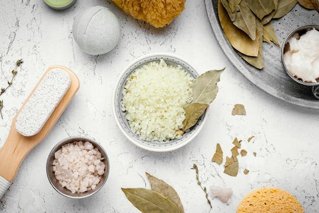Hausgemachtes heilmittel mit blättern und salzen