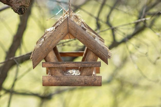 Hausgemachtes hölzernes vogelhaus hängen