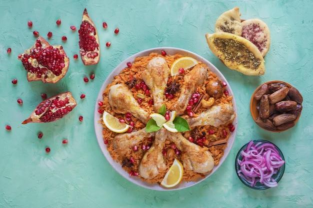 Hausgemachtes huhn biryani. arabische traditionelle futternäpfe kabsa mit fleisch. draufsicht.