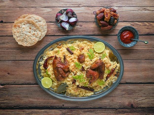 Hausgemachtes huhn biryani. arabische traditionelle futternäpfe kabsa mit fleisch.