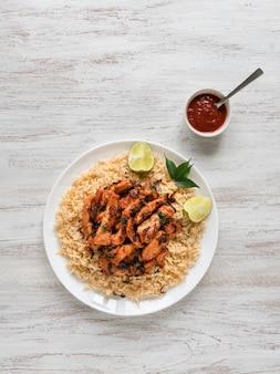 Hausgemachtes huhn biryani. arabische traditionelle futternäpfe kabsa mit fleisch
