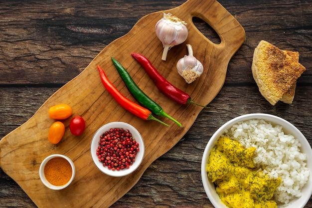 Hausgemachtes huhn mit curry und basmatireis