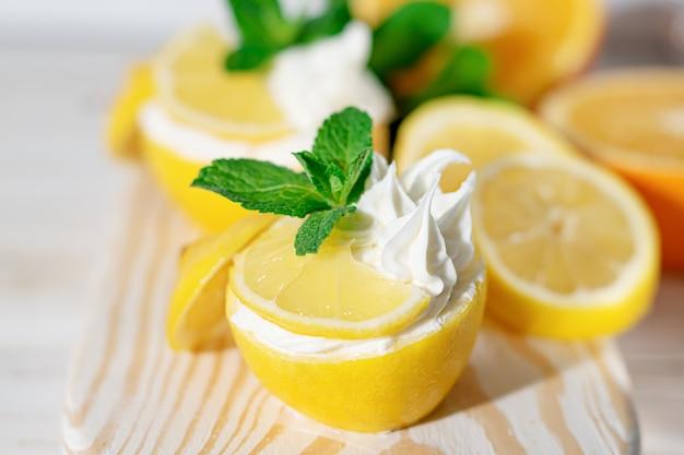 Hausgemachtes italienisches zitronensorbet mit minze dekoriert. hausgemachtes eis in zitrone mit minze dekoriert. sorbetto al limone.