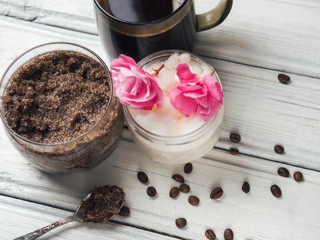 Hausgemachtes kaffee-peeling mit zucker und kokosöl