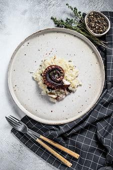 Hausgemachtes klassisches risotto mit tintenfischtentakeln