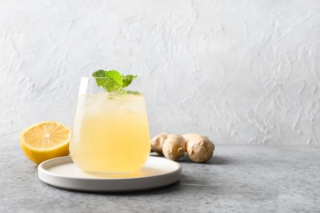 Hausgemachtes kombucha gesundes getränk in flasche und glas mit zitrone