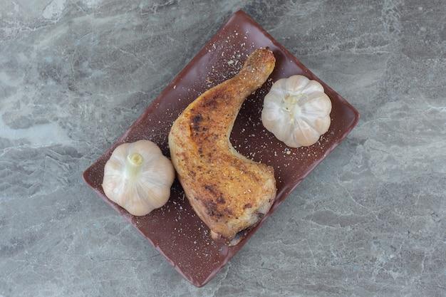 Hausgemachtes leckeres mittagessen. gegrillte hähnchenkeulen und knoblauch.