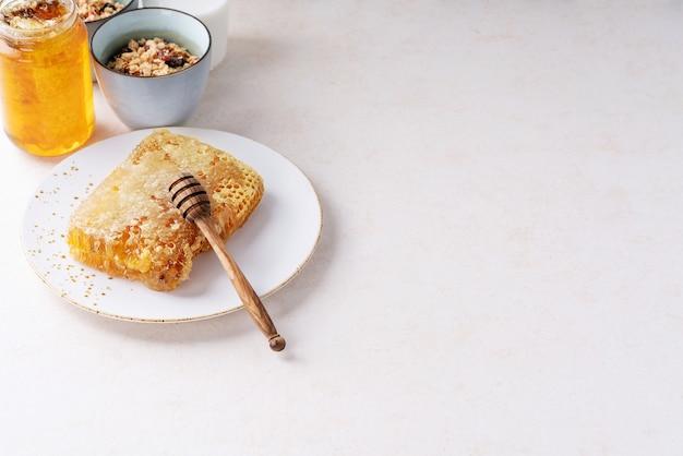 Hausgemachtes müsli mit honig