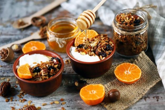 Hausgemachtes müsli mit joghurt, obst und honig