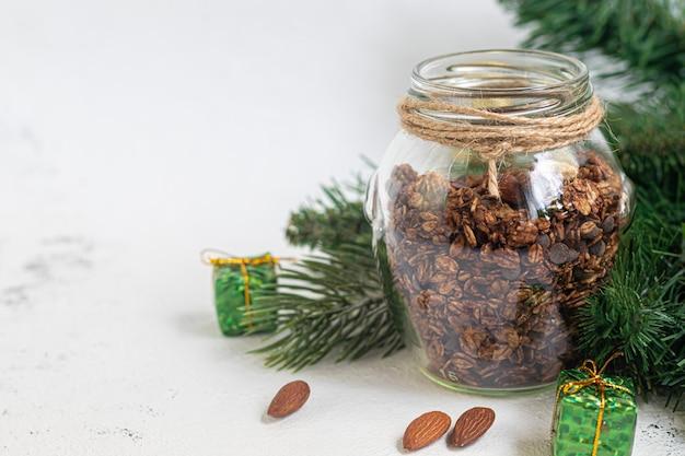 Hausgemachtes müsli mit schokolade und nüssen in einem glas