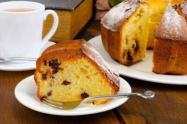 Hausgemachtes muffin mit getrockneten beeren und puderzucker auf teller