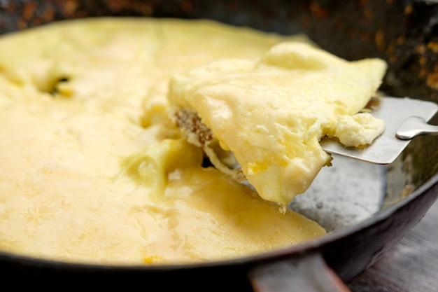 Hausgemachtes omelett auf alter pfanne