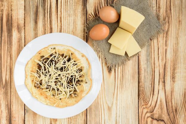 Hausgemachtes omelett mit käse und pilzen.